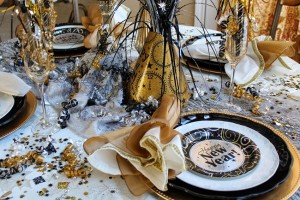 the-black-white-and-golden-new-years-eve-celebration-party-table-decoration